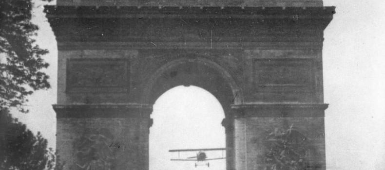 El primer avión que atravesó el Arco del Triunfo de París