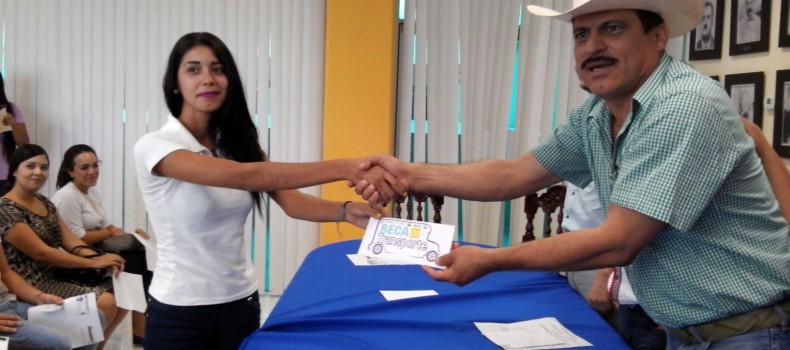 Entregan 76 becas de transporte a estudiantes de Angostura