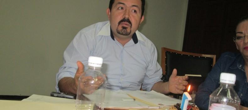 """Con pastel y """"velita"""" en cabildo, festeja regidor panista primer aniversario de una petición ignorada"""