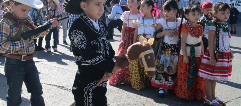 Largas trenzas, mini porristas y charros en caballitos de palo enmarcaron el desfile Revolucionario de preescolar
