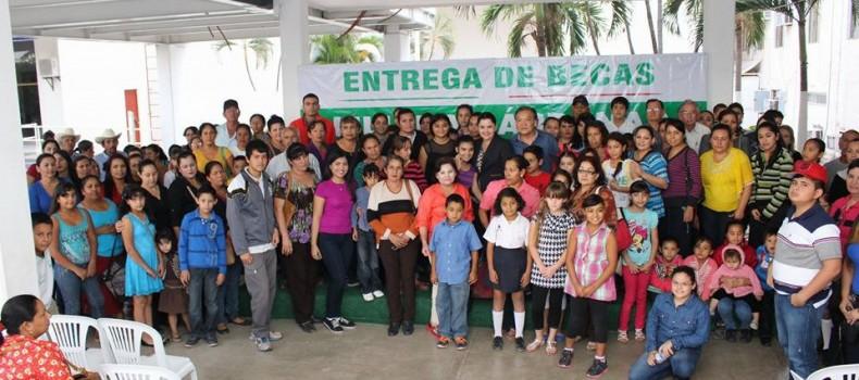 166 mil pesos entrega Liliana Cárdenas de su sueldo a estudiantes