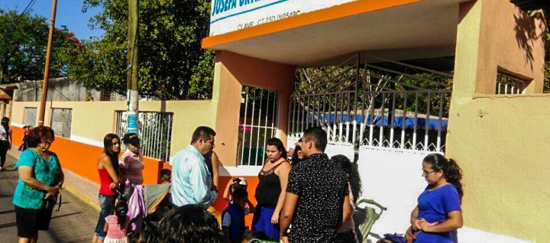 PIDE PACIENCIA SEPyC A MADRES DEL KINDER DE SAN PEDRO; HABRA SOLUCION TEMPORAL; SILLAS