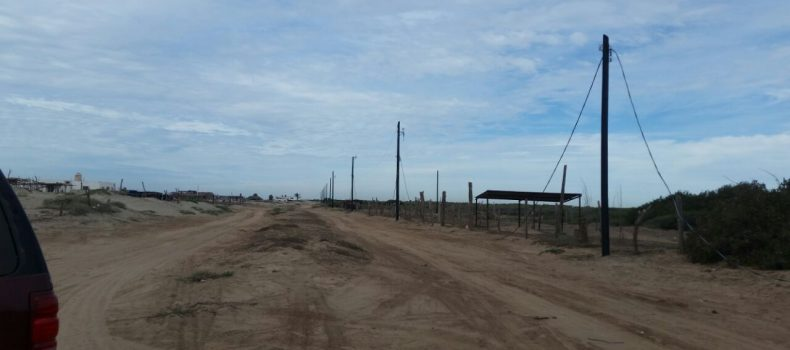 RETIRAN POSTES Y CABLES DE LUZ EN LOTES IRREGULARES DE BELLAVISTA, GUASAVE