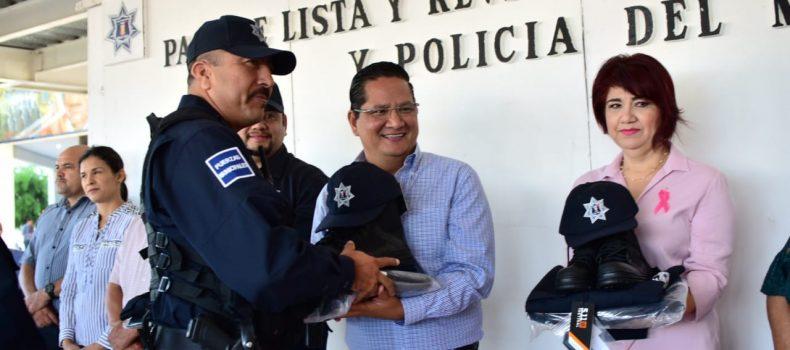 ENTREGAN UNIFORMES A POLICÍAS Y RECONOCEN AL ELEMENTO DEL MES
