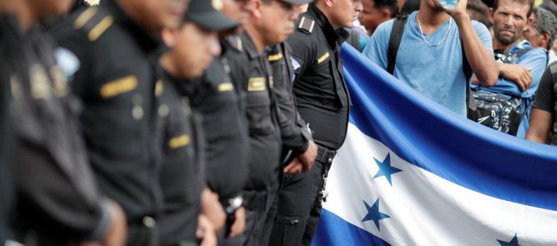 Caravana de migrantes entra por la fuerza en México