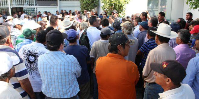 Prometen a pescadores entregarles los motores; levantan plantón en Conapesca