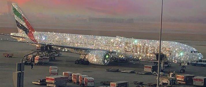 Aerolínea de Dubai exhibe su ostentoso avión cubierto de cristales y diamantes