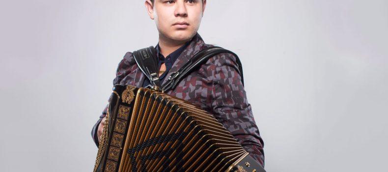 Alfredo Olivas cantante de corridos sufrió ataque a tiros en Guadalajara