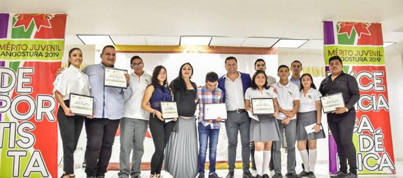 Ayuntamiento galardonan a jóvenes sobresalientes de Angostura
