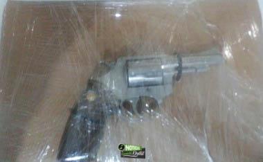 Policías estatales aseguran a tres personas con un arma, luego de una persecución