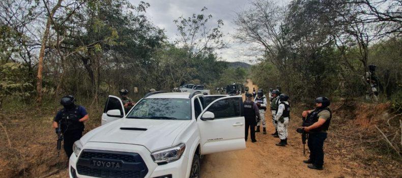 Tras reporte al 9-1-1, autoridades aseguran vehículos, armas y sustancias en Imala
