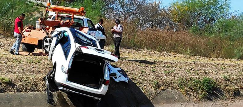 Doctora del IMSS Guamúchil se va al canal en su auto y sale lesionada