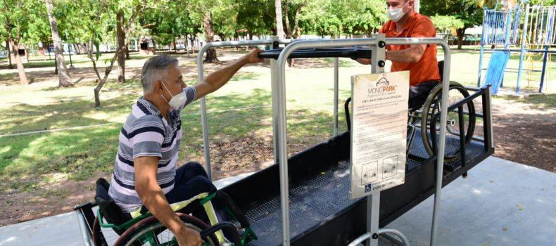 Instalan juegos para la inclusión en el Parque Municipal