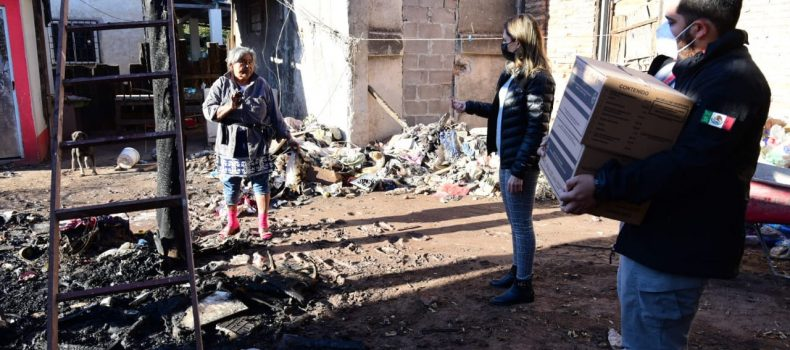 Alcaldesa ayuda a mujer que perdió su casa por un incendio