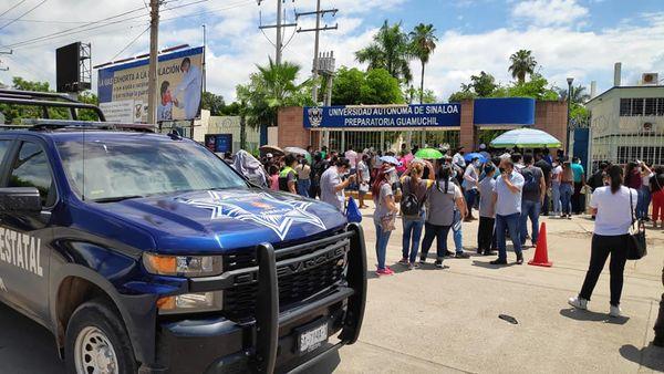 """INTERVIENE LA POLICÍA MUNICIPAL PARA RETIRAR  A  CIENTOS DE """"FORÁNEOS"""" QUE PRETENDÍAN VACUNARSE EN GUAMÚCHIL"""