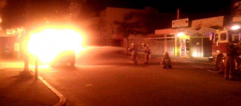 Se quema una camioneta en el centro de Guamúchil