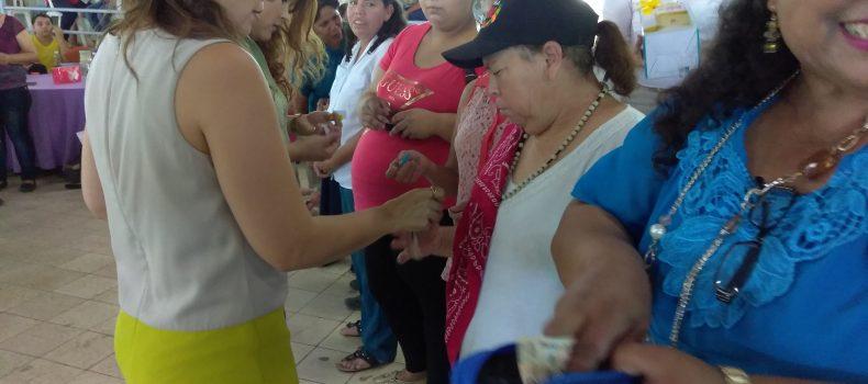 """REGALA CARLO MARIO ORTIZ DINERO EN EFECTIVO DURANTE FESTEJO DEL """"DIA DE LAS MADRES"""""""