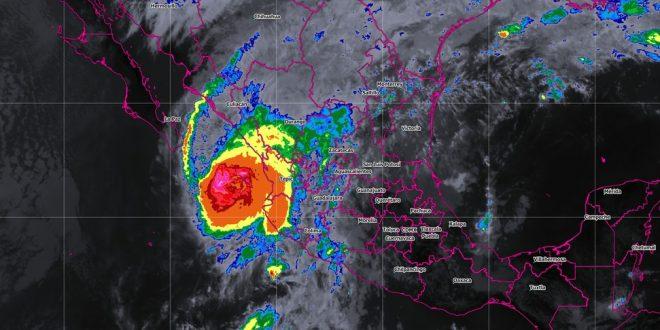 """""""Willa"""" se degrada a huracán categoría 3 y está a 55 kms de las Islas Marías"""