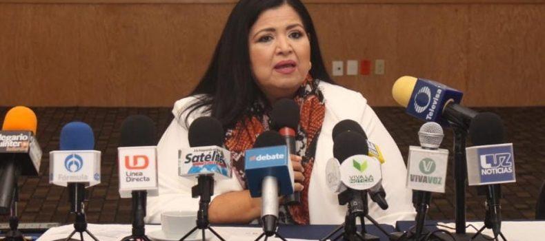 Rosa Elena Millán reconoce resultado y desea éxito a Rubén Rocha Moya.