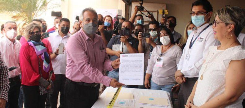 Recibe Ambrocio Chávez la constancia de diputado local electo por el noveno distrito.