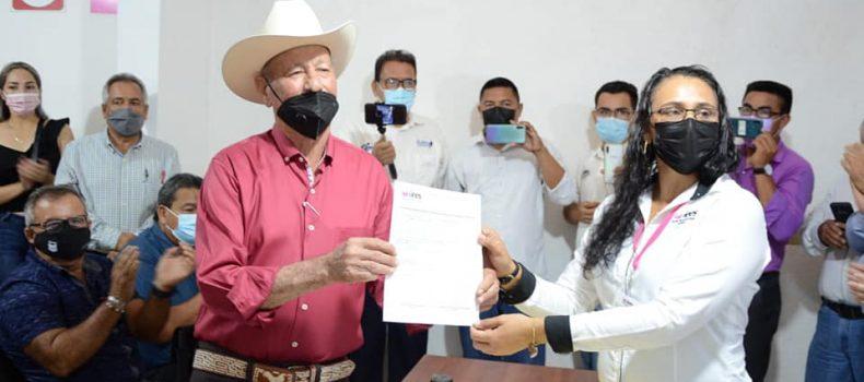 Miguel Ángel Angulo Acosta recibe constancia que lo acredita como presidente municipal electo de Angostura.