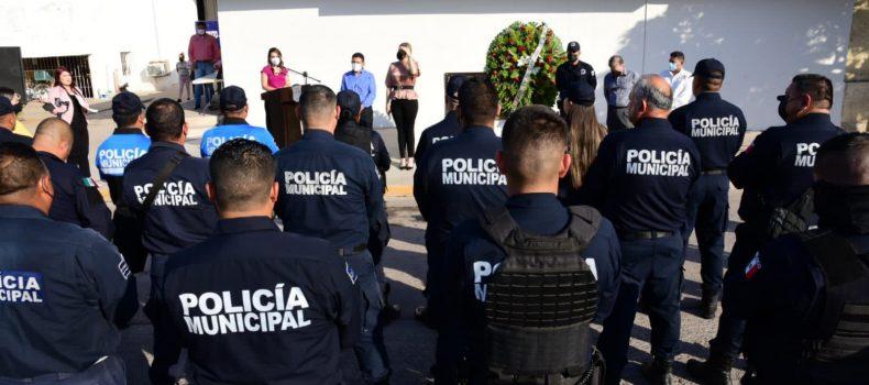 Presidenta reconoce la labor de los policías en su día.