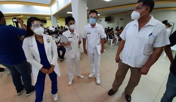 Cientos de jóvenes acuden a vacunarse en el polideportivo de la UAS en Mazatlán.